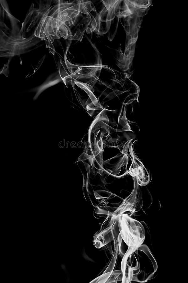 在黑背景的抽象白色烟 免版税库存照片