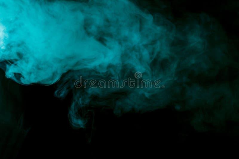 在黑背景的抽象蓝绿色水烟筒烟 免版税库存照片