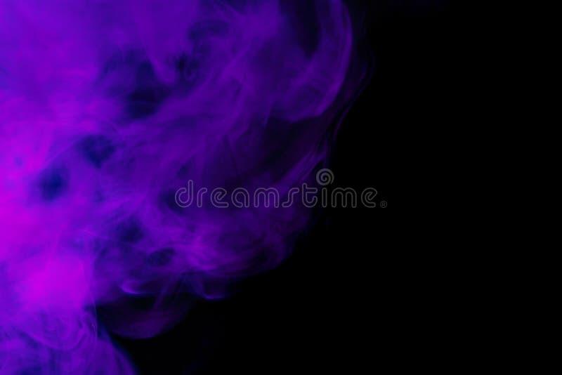 在黑背景的抽象紫色烟水烟筒 免版税库存照片