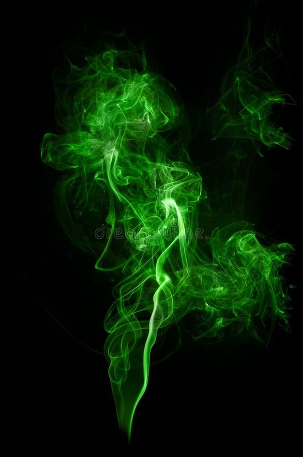 在黑背景的真正的绿色烟 免版税库存照片