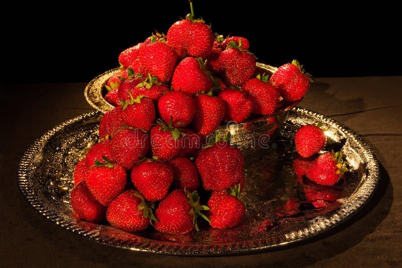 在黑背景的草莓莓果用水滴下 图库摄影