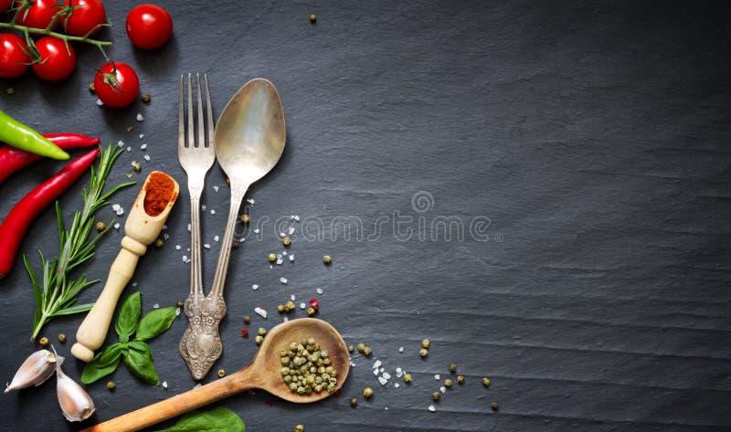 在黑背景的菜单食物烹饪框架概念 免版税库存图片