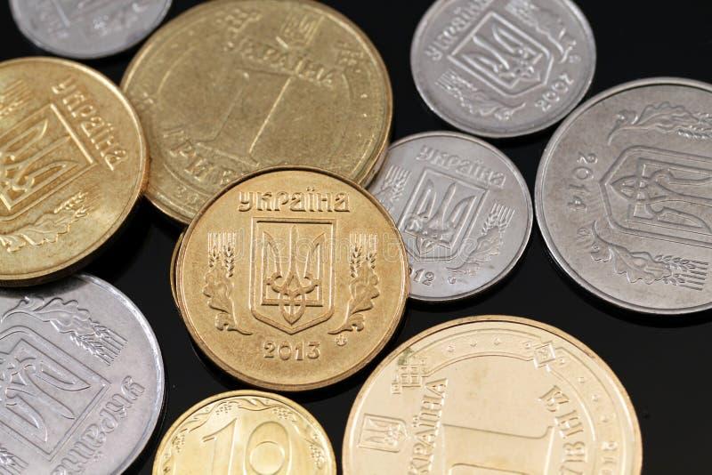 在黑背景的被分类的乌克兰硬币 免版税库存照片