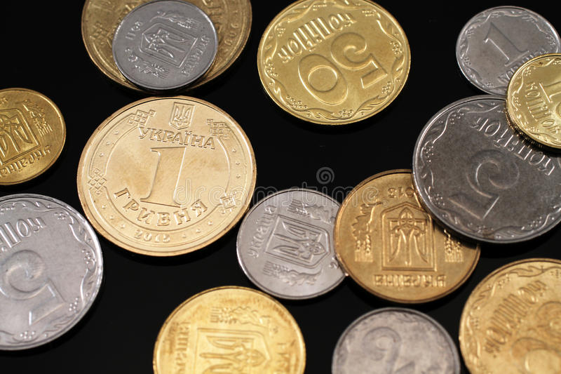 在黑背景的被分类的乌克兰硬币 库存照片