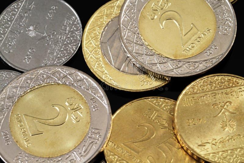 在黑背景的被分类的沙特阿拉伯硬币 免版税库存照片