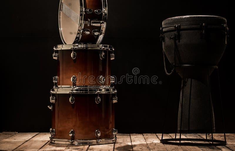在黑背景的音乐打击乐器打鼓小鼓和圈套 图库摄影