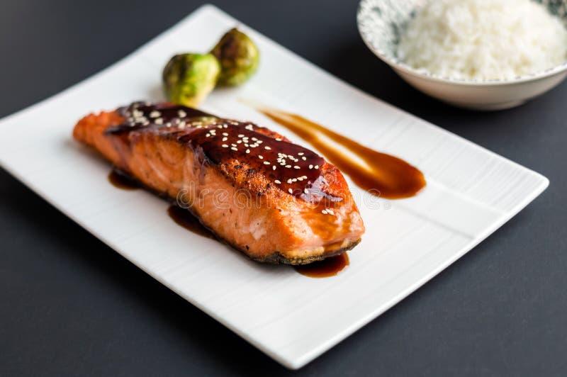 在黑背景的Teriyaki三文鱼 免版税图库摄影
