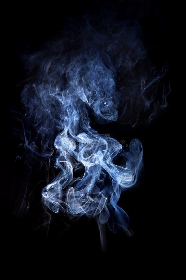 在黑背景隔绝的烟。 库存照片