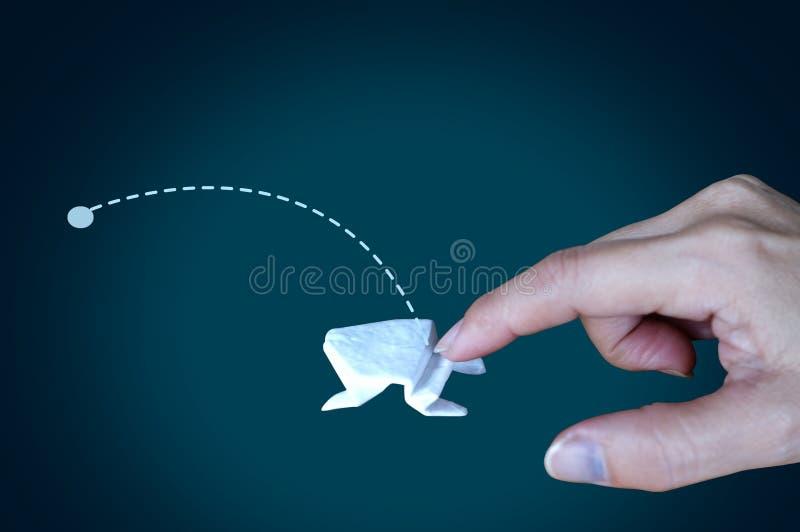 在黑背景,概念增加成长,事务,大的飞跃成长的白色origami青蛙 免版税库存图片