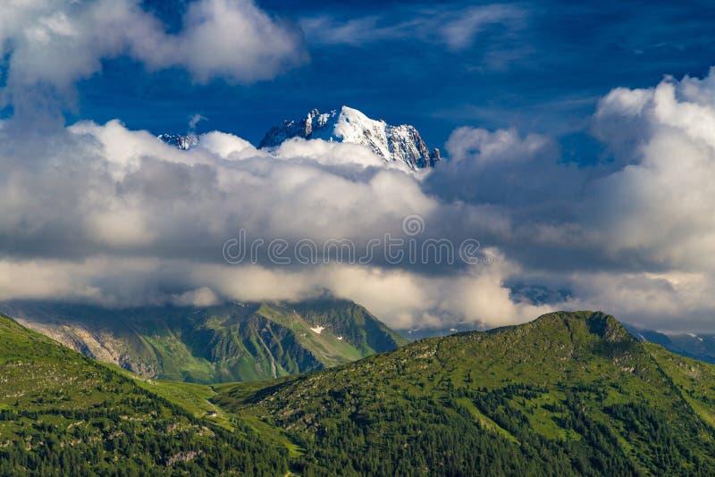 在紫胶d'Emosson水库,瓦雷兹,瑞士西南部的山风景 免版税库存照片