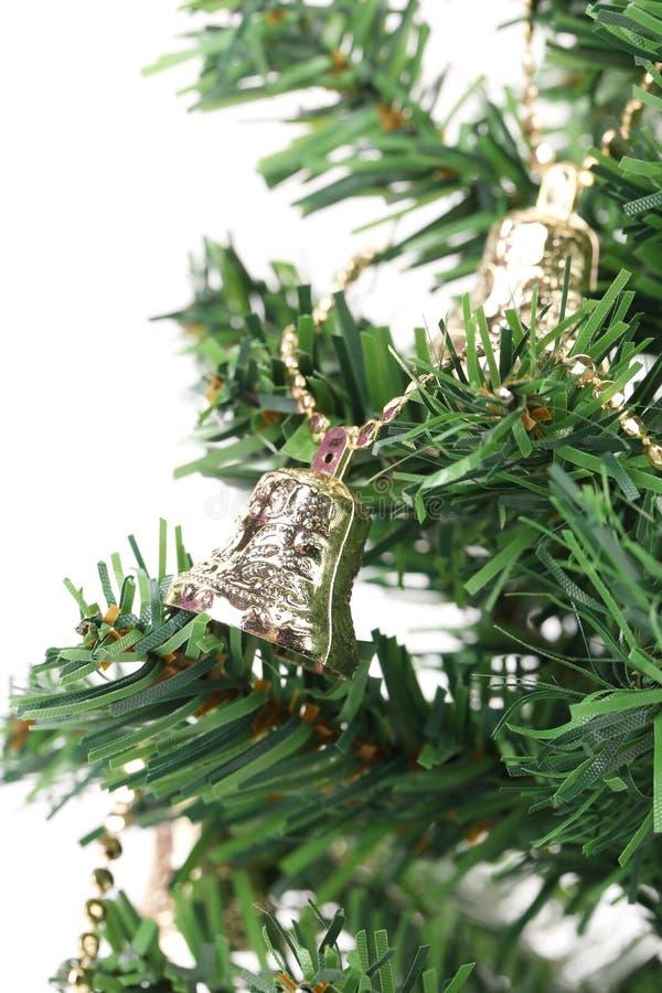 在绿色云杉的分支的圣诞节铃声 图库摄影
