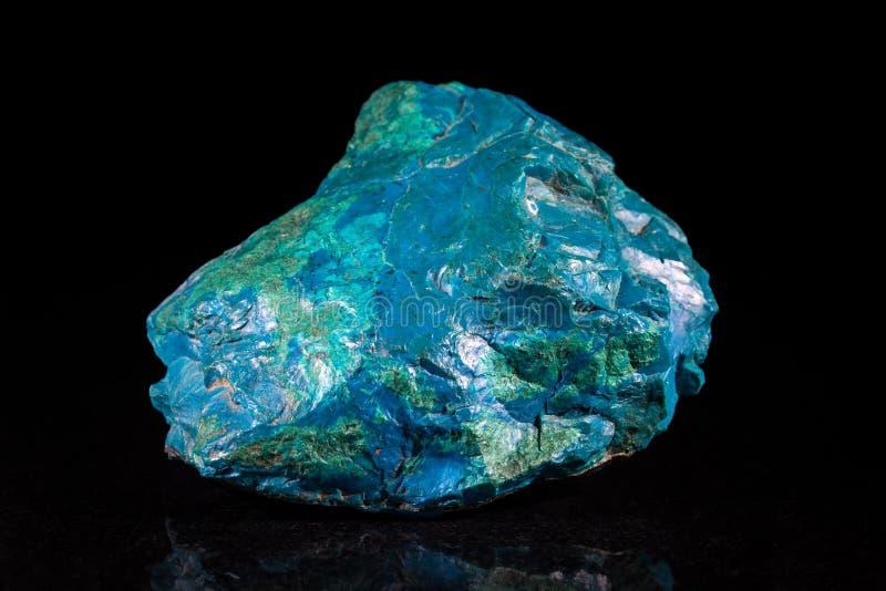 在黑色前面的Chrysocolla矿物石头 免版税库存图片