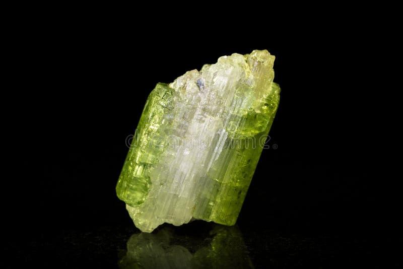 在黑色前面的Verdelite矿物石头 库存照片