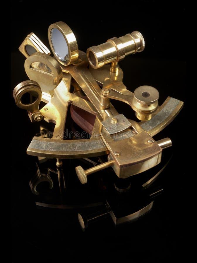 在黑色后面的铜六分仪 免版税库存图片