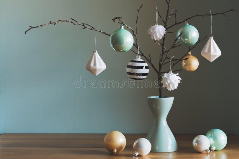在黑色和绿松石颜色的典雅的简单的北欧圣诞节装饰 库存图片