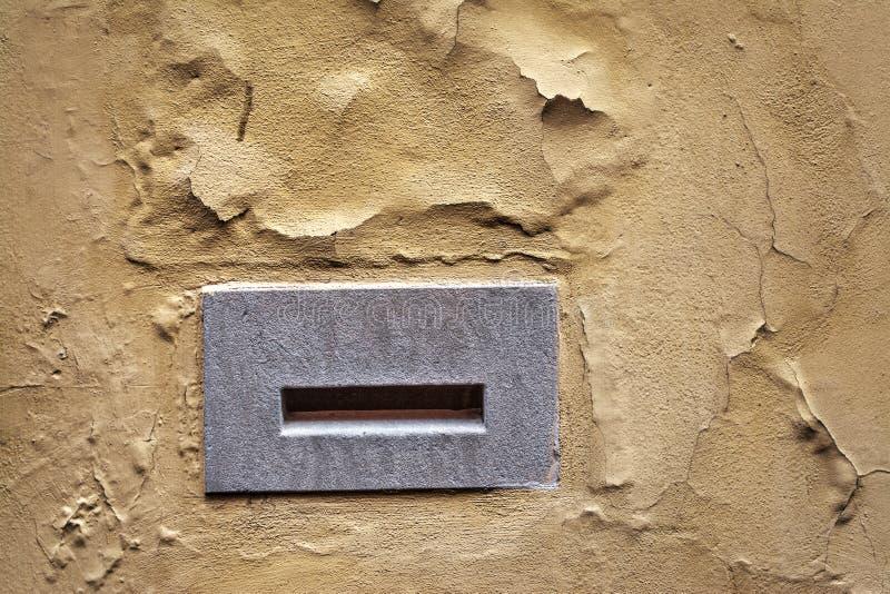 在黄色墙壁的邮箱 库存照片