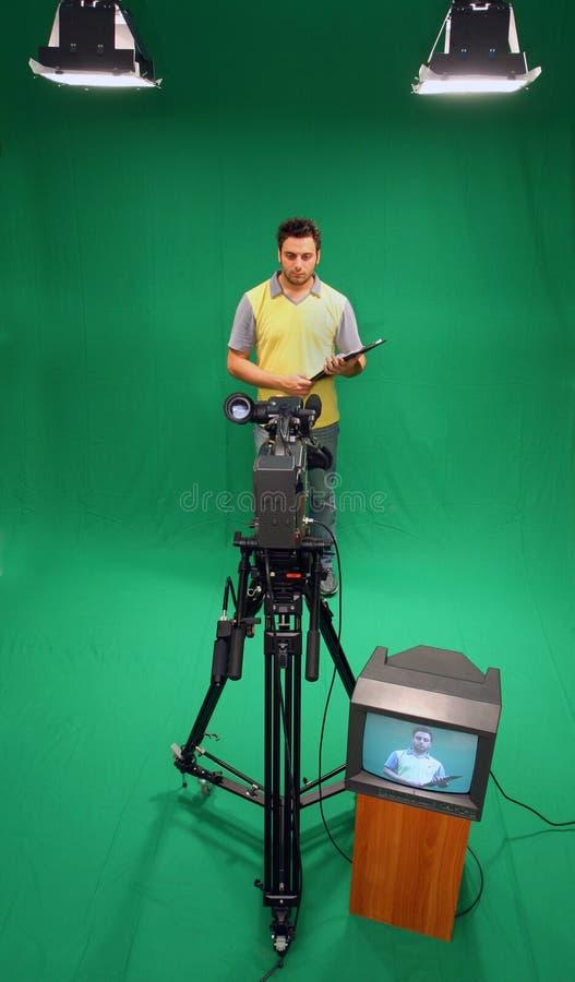 在绿色屏幕上的电视赠送者 免版税库存图片