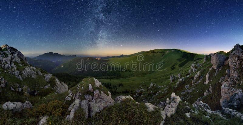 在绿色山谷山的银河 免版税图库摄影