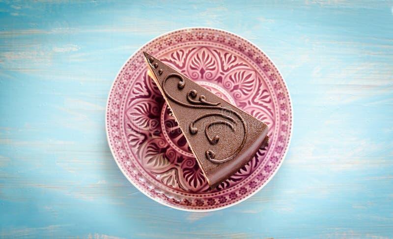 在紫色板材的巧克力蛋糕 图库摄影