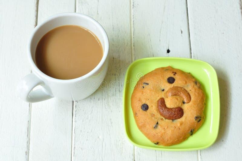 在绿色板材的杏仁曲奇饼用咖啡 库存照片