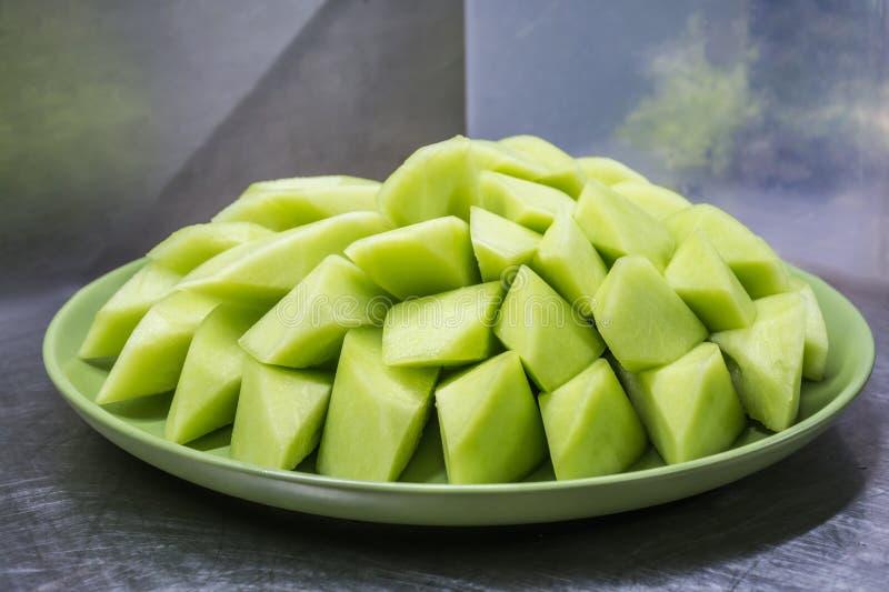 在绿色板材的浅绿色的瓜 免版税库存照片