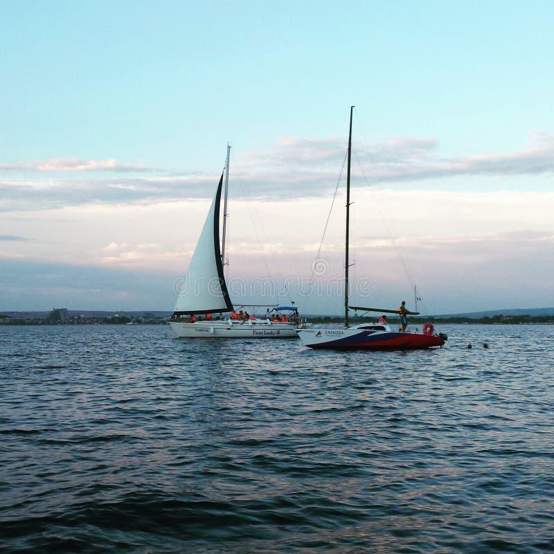 在黑色的两sailships看见 免版税库存图片