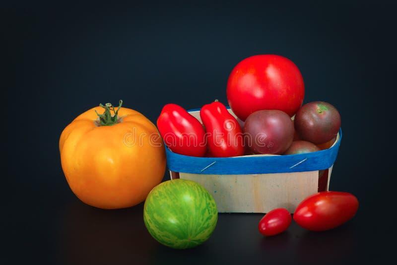 在黑色的分类有机菜五颜六色的蕃茄 库存照片