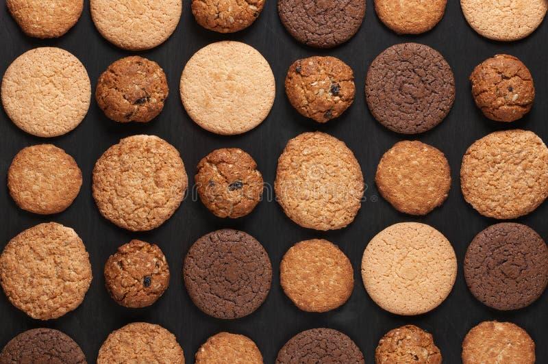 在黑色的各种各样的曲奇饼 免版税图库摄影