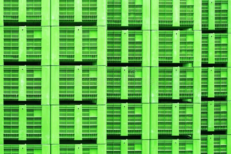 在绿色的塑料筐,被堆积 免版税库存图片