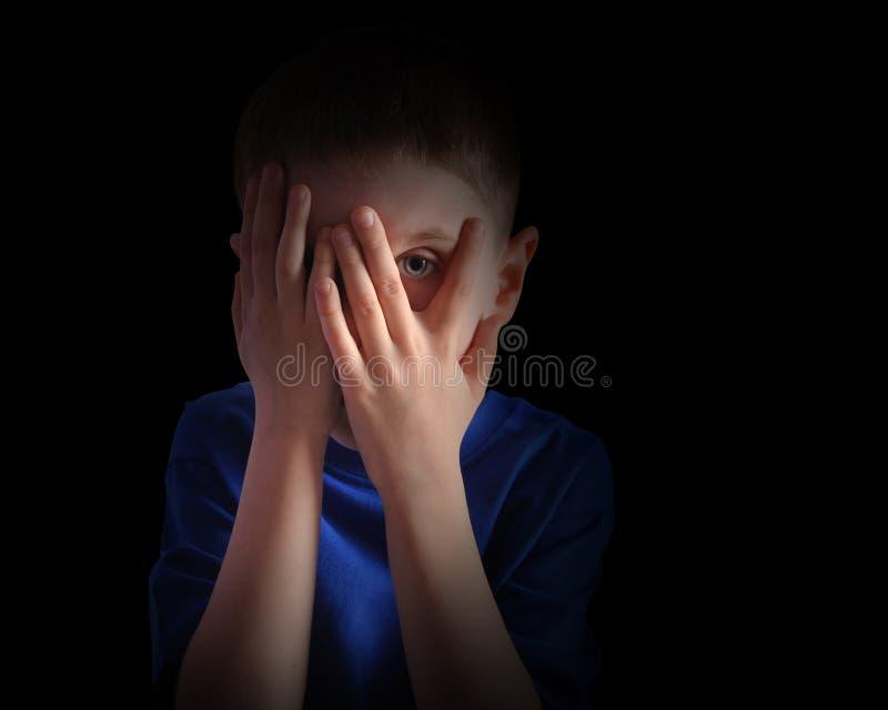 在黑色的害怕的小孩覆盖物眼睛 免版税库存照片