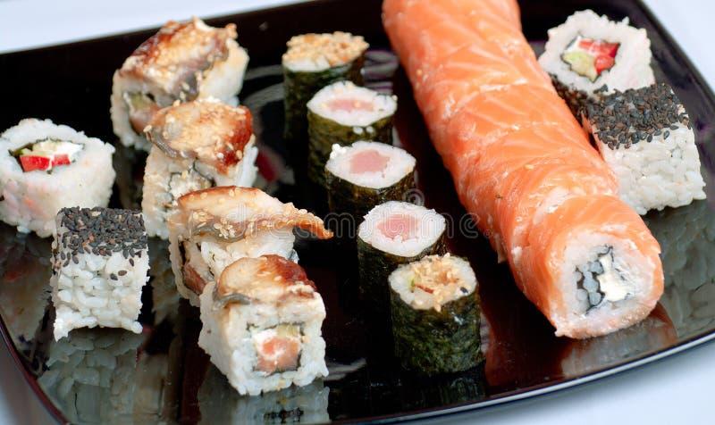 在黑色的盘子的寿司 库存图片