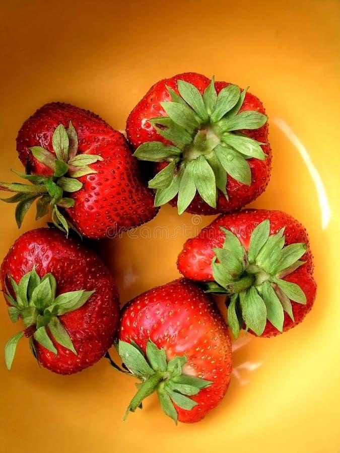 在黄色的草莓 免版税库存照片