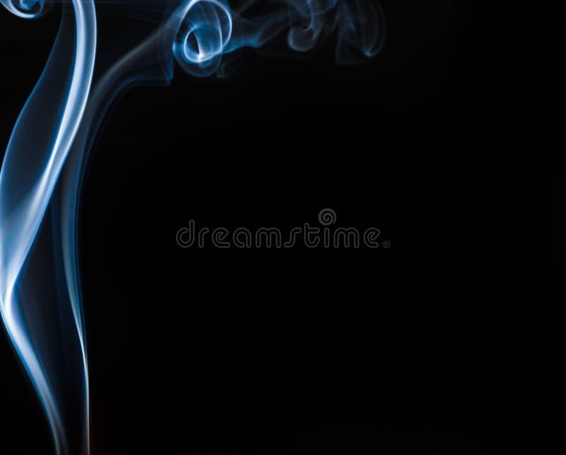 在黑色的蓝色烟 免版税库存照片