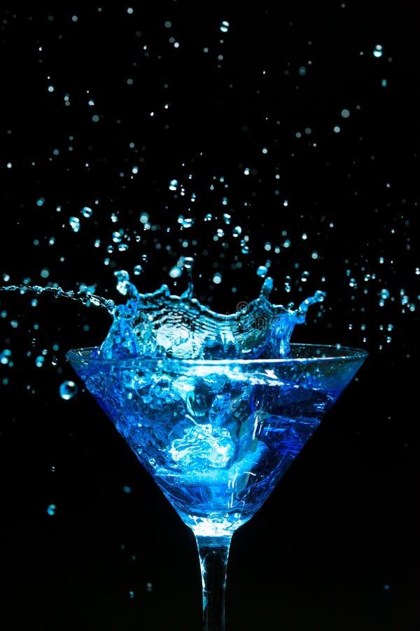 蓝色飞溅的鸡尾酒 免版税库存图片