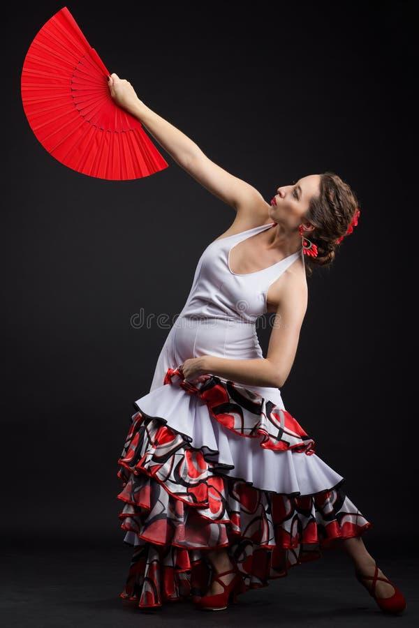 在黑色的年轻西班牙妇女跳舞佛拉明柯舞曲 免版税库存照片