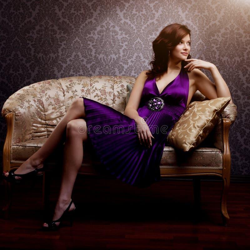在紫色礼服的时尚豪华模型 年轻秀丽样式女孩 B 免版税图库摄影