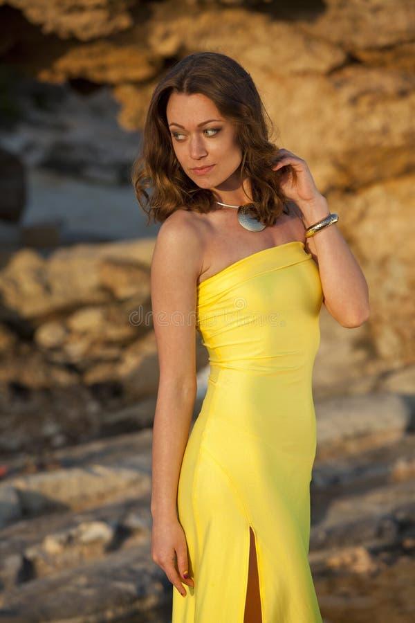 在黄色礼服的模型 库存图片