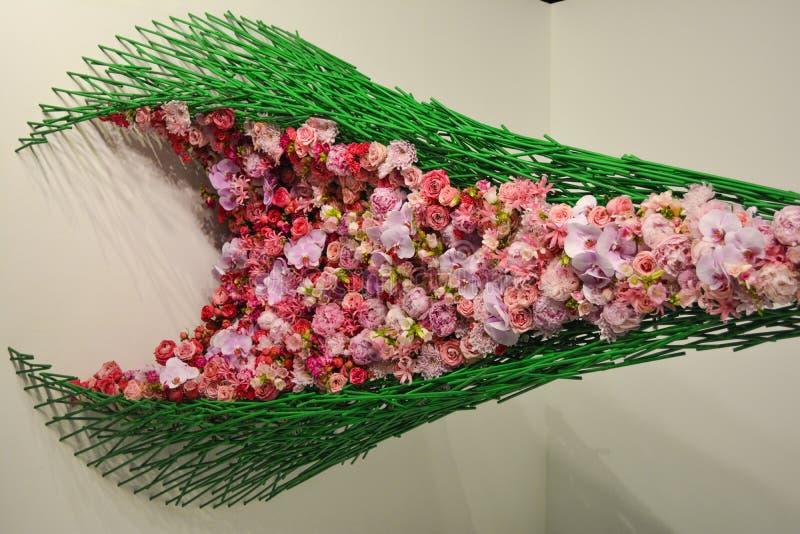 在绿色网的桃红色花 免版税库存照片