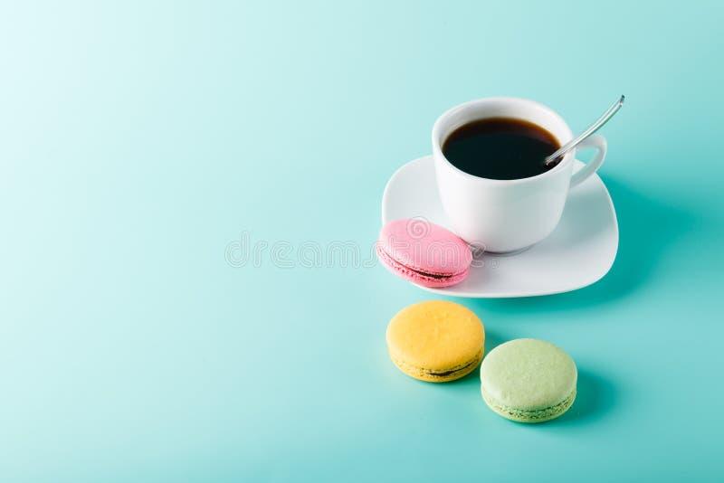 在水色背景的咖啡杯与题字的地方 库存图片