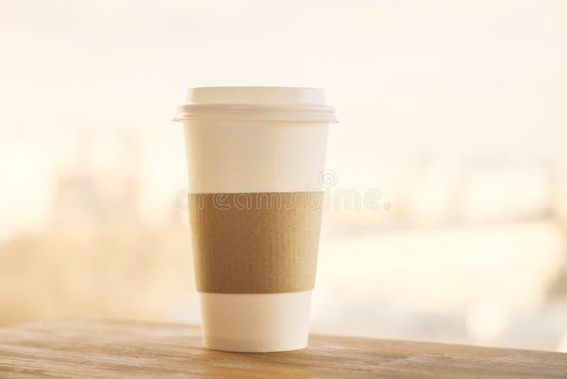 在黄色背景的咖啡 库存图片