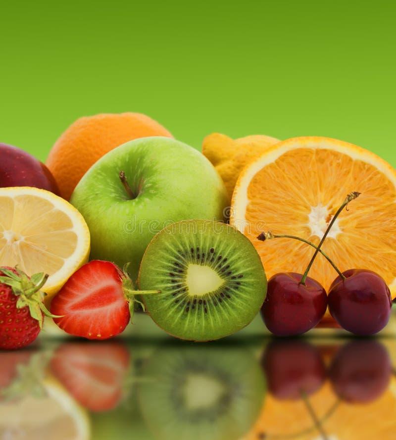 在绿色背景的新鲜水果 免版税库存照片