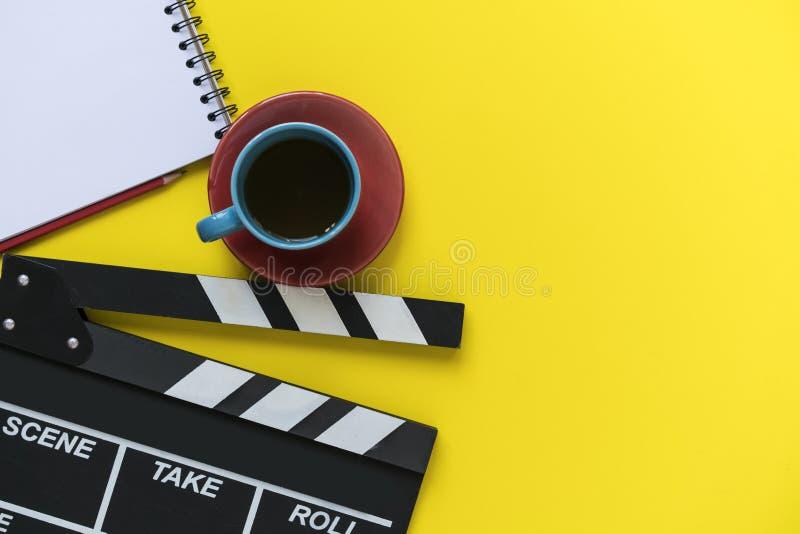 在黄色背景的电影拍板 库存图片