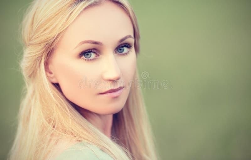 在绿色背景的美丽的女孩神仙的森林若虫 库存照片