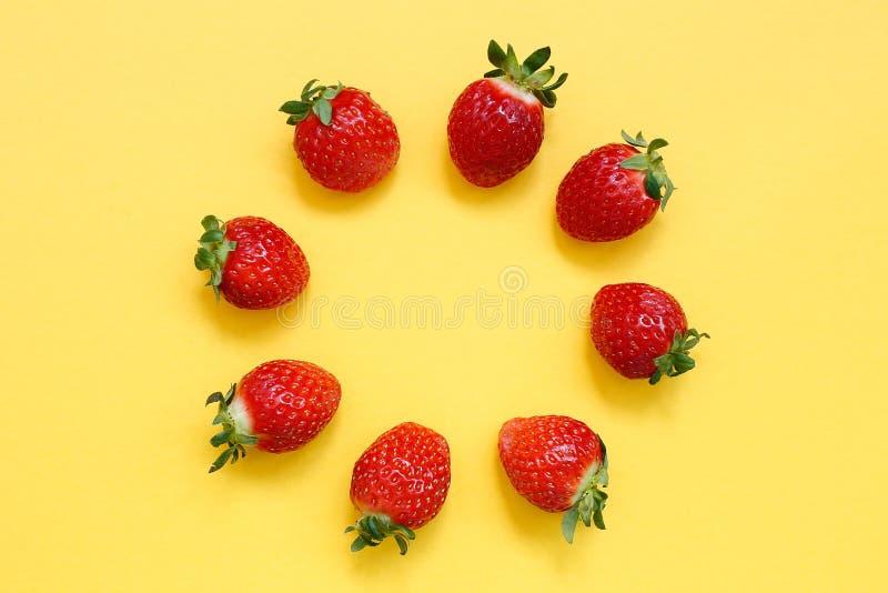 在黄色背景的草莓样式 库存照片