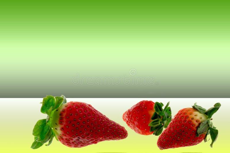 在绿色背景的草莓 免版税图库摄影