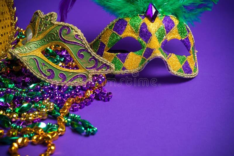 在紫色背景的被分类的狂欢节或Carnivale面具 免版税库存图片