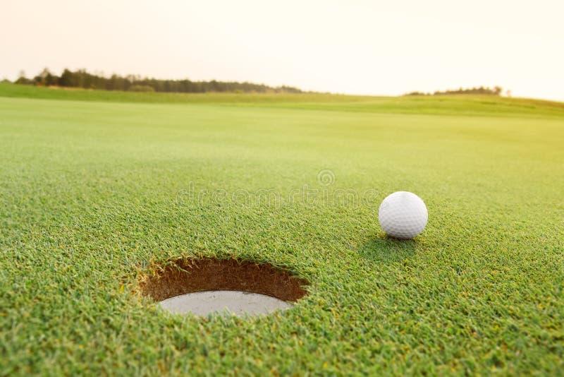 在绿色路线的高尔夫球 免版税库存图片