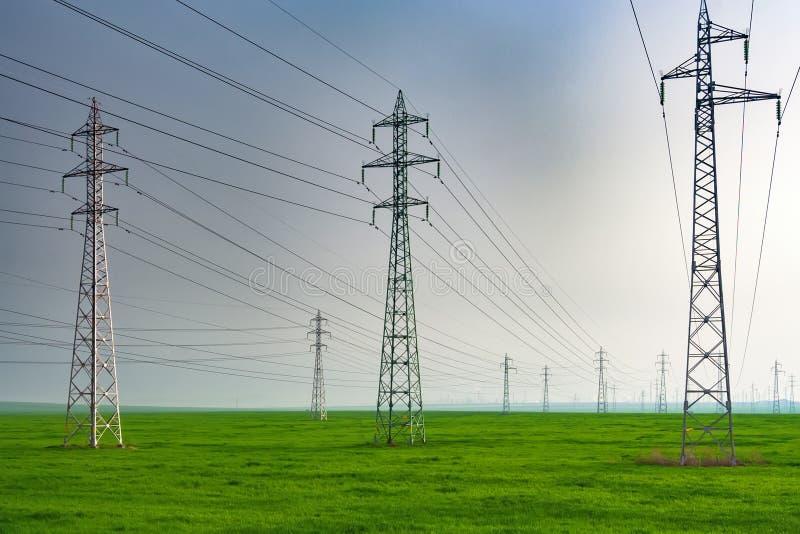 在绿色领域的电子定向塔 免版税图库摄影