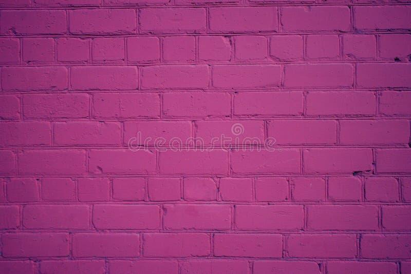 在紫色颜色新近地绘的老砖墙 免版税库存图片