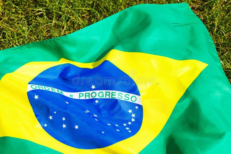 在绿色玻璃的巴西旗子 免版税库存图片
